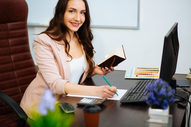 Geschäftsfrau, die im büro mit dokumenten arbeitet