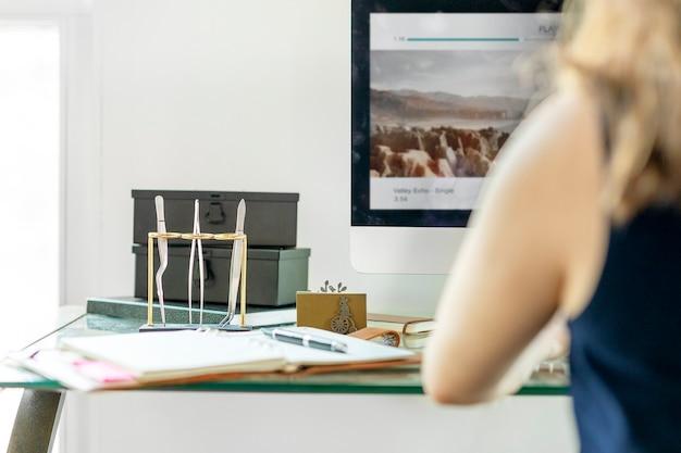 Geschäftsfrau, die im büro sitzt