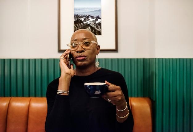 Geschäftsfrau, die im café arbeitet