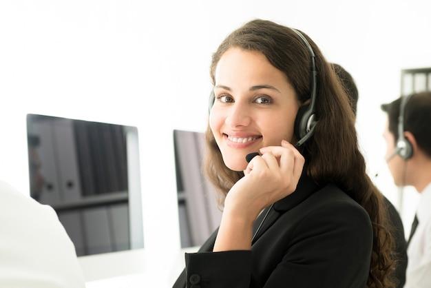 Geschäftsfrau, die im call center arbeitet