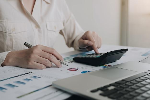Geschäftsfrau, die im finanz- und rechnungswesen arbeitet analysieren sie das finanzbudget im büro