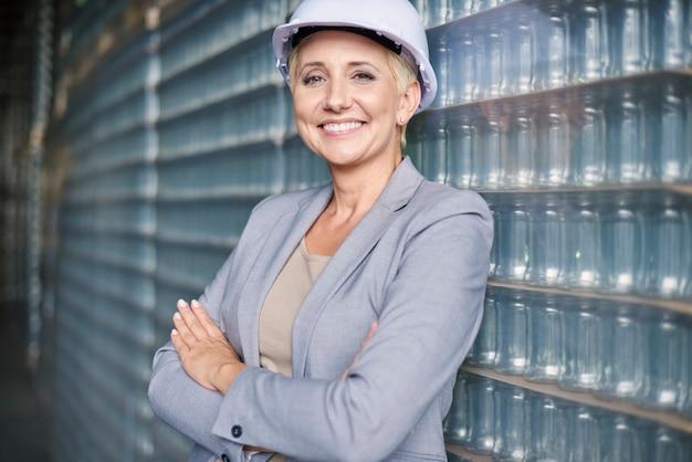 Geschäftsfrau, die im lager arbeitet