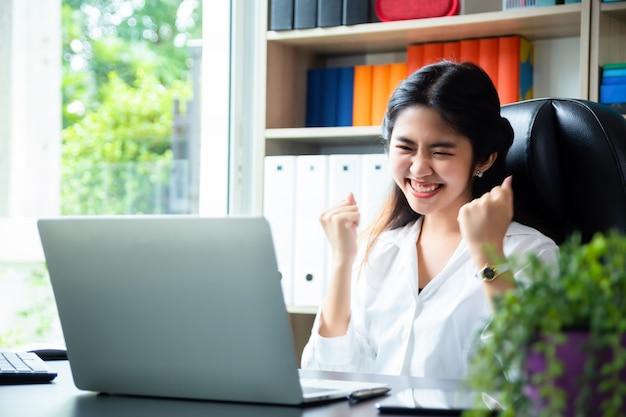 Geschäftsfrau, die im modernen büro arbeitet