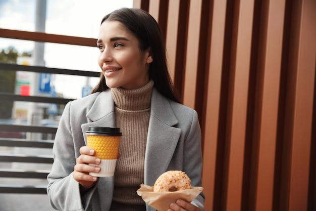 Geschäftsfrau, die im straßencafé zu mittag isst.