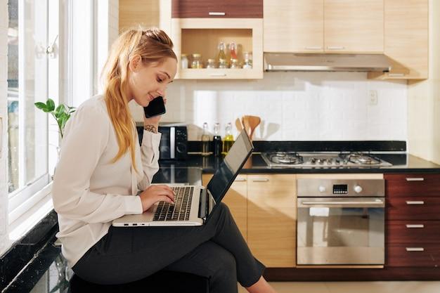 Geschäftsfrau, die in der küche arbeitet