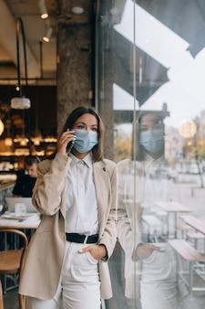 Geschäftsfrau, die in der quarantäne arbeitet, sprechen durch das telefon