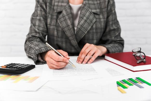 Geschäftsfrau, die in einem bürodesktop arbeitet