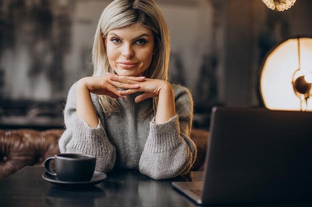 Geschäftsfrau, die in einem café am computer arbeitet