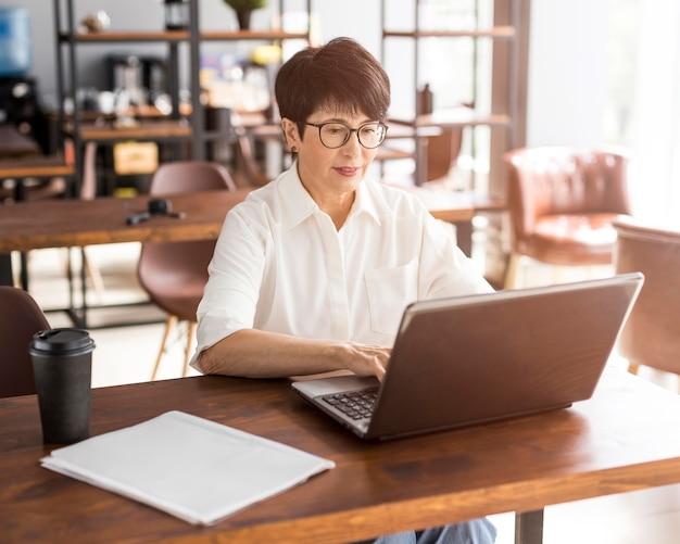 Geschäftsfrau, die in einem café arbeitet