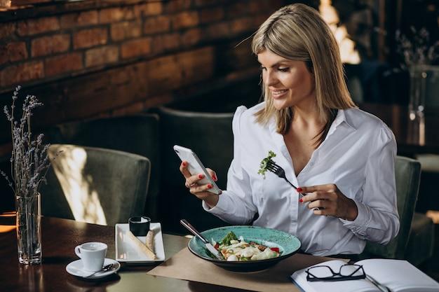 Geschäftsfrau, die in einem café zu mittag isst