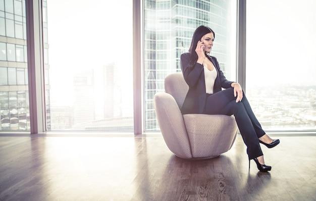 Geschäftsfrau, die in ihrer wohnung aufwirft