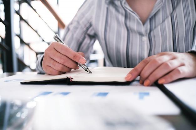 Geschäftsfrau, die investitionsdiagramme analysiert