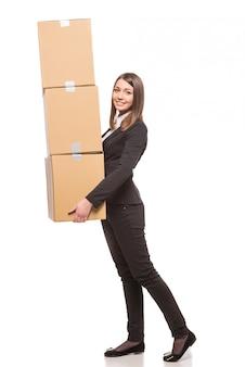 Geschäftsfrau, die kästen hält und zum bewegen fertig wird.