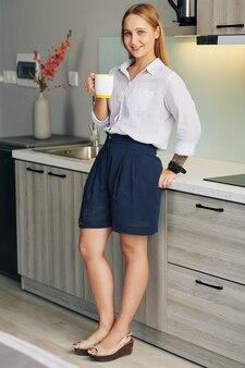 Geschäftsfrau, die kaffee zu hause trinkt