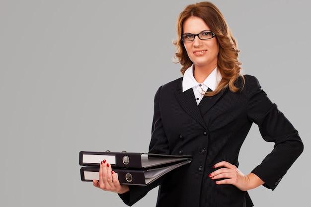 Geschäftsfrau, die karten in den händen hält