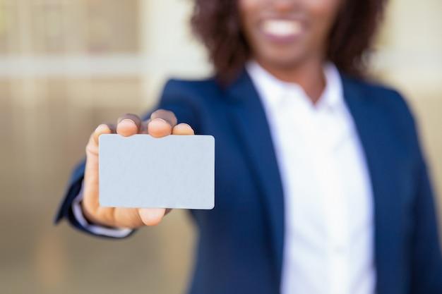 Geschäftsfrau, die kreditkarte zeigt