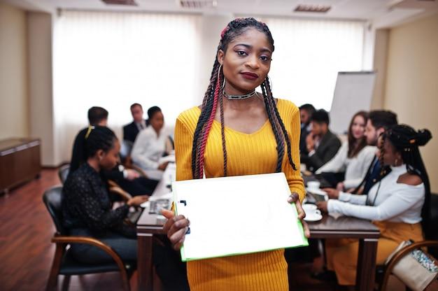 Geschäftsfrau, die laptop am treffen hält