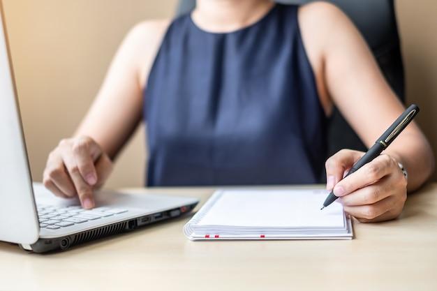 Geschäftsfrau, die laptopanalyse-marketingplan verwendet.