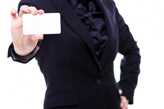 Geschäftsfrau, die leere geschäftskarte hält