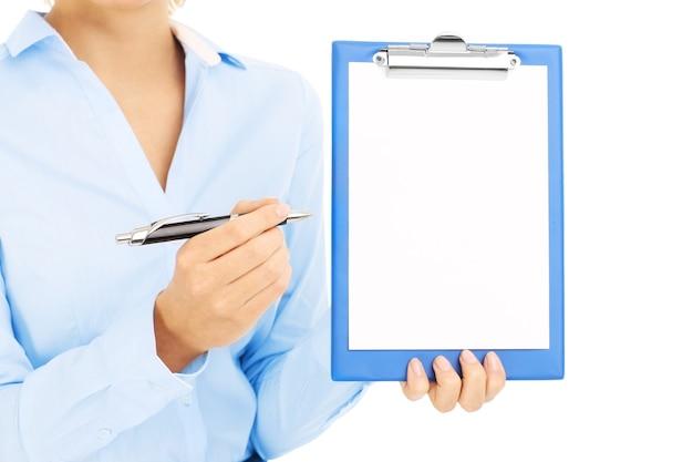 Geschäftsfrau, die leere papierkarte über weißem hintergrund hält