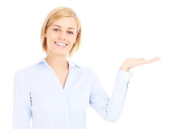 Geschäftsfrau, die leeren raum auf weißem hintergrund zeigt