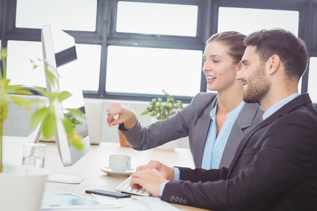 Geschäftsfrau, die männlichen kollegen am schreibtisch erklärt
