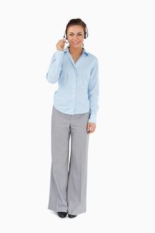 Geschäftsfrau, die mit anrufer durch kopfhörer spricht