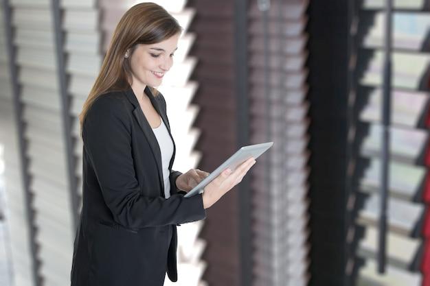 Geschäftsfrau, die mit computertablette im büro arbeitet