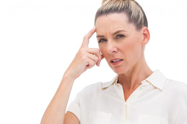 Geschäftsfrau, die mit der hand auf stirn denkt