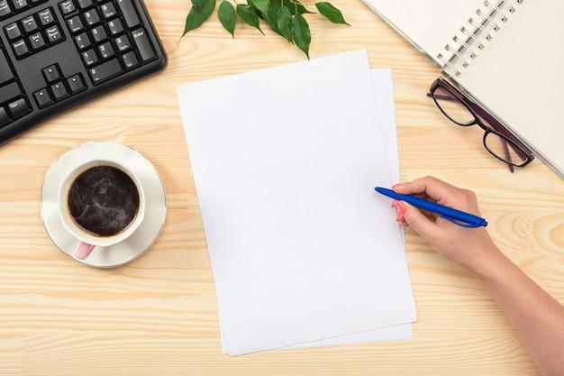 Geschäftsfrau, die mit dokumenten arbeitet. zwischenablage vorlage papierkram, finanzberichte, lebenslauf, brief, formular, vertrag. flach liegen