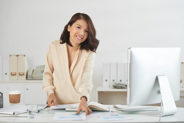Geschäftsfrau, die mit dokumenten arbeitet