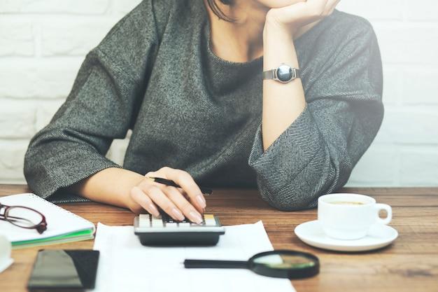 Geschäftsfrau, die mit dokumenten im büro arbeitet