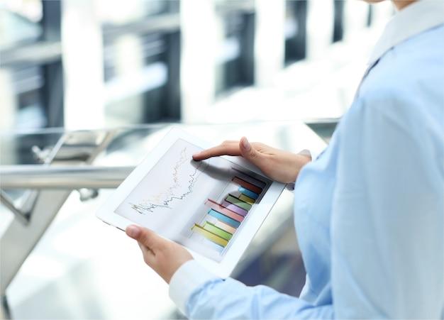 Geschäftsfrau, die mit einem digitalen tablet im modernen büro arbeitet