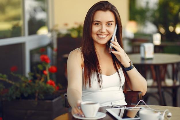Geschäftsfrau, die mit einer tablette in einem café arbeitet