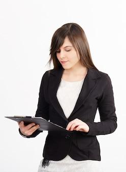 Geschäftsfrau, die mit klemmbrett arbeitet
