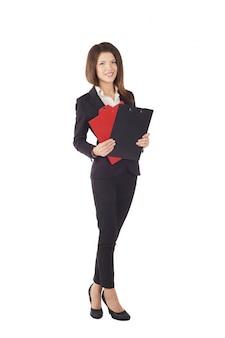 Geschäftsfrau, die mit klemmbrett - studiohintergrund arbeitet