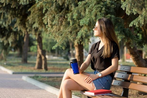 Geschäftsfrau, die mit kunden telefoniert. zeit zum entspannen und kaffee trinken