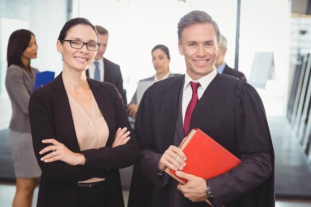 Geschäftsfrau, die mit rechtsanwalt steht