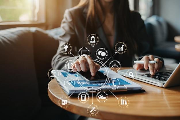 Geschäftsfrau, die mit smartphone arbeitet, um die anzahl der statischen im büro zu berechnen. finanzbuchhaltungskonzept.
