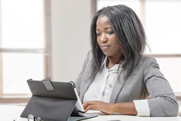 Geschäftsfrau, die mit tablette arbeitet