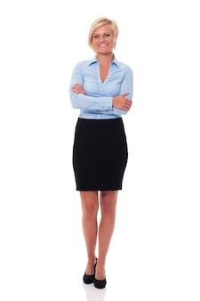 Geschäftsfrau, die mit verschränkten armen steht