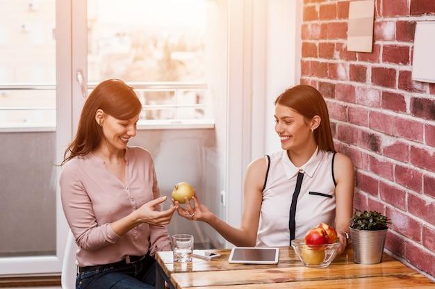 Geschäftsfrau, die nahrung mit ihrem freund teilt.