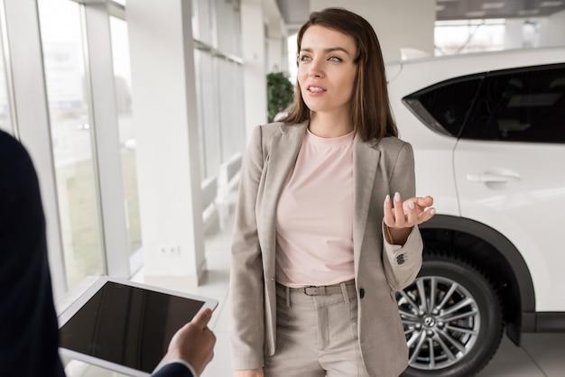 Geschäftsfrau, die neues auto wählt