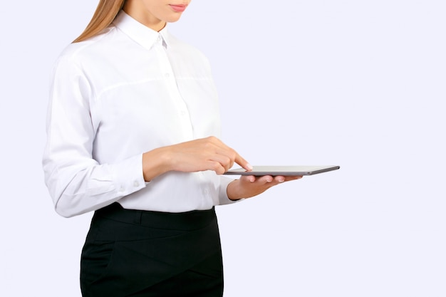 Geschäftsfrau, die online mit digitaler tablette arbeitet