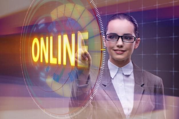 Geschäftsfrau, die online virtuellen knopf bedrängt