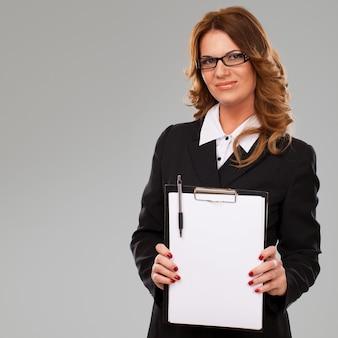 Geschäftsfrau, die papier in den händen hält