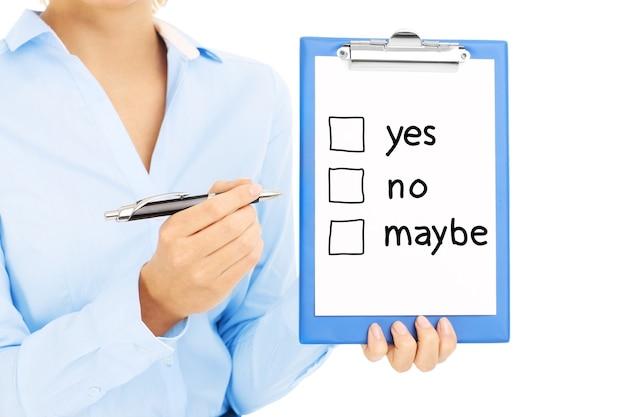 Geschäftsfrau, die papier mit der entscheidung hält, zu machen