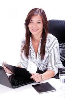Geschäftsfrau, die papierkram im büro macht