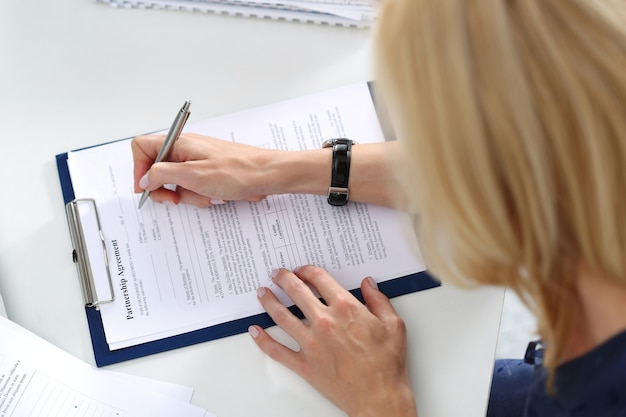 Geschäftsfrau, die partnerschaftsvereinbarung leer füllt. geschäfts- und partnerschaftskonzept