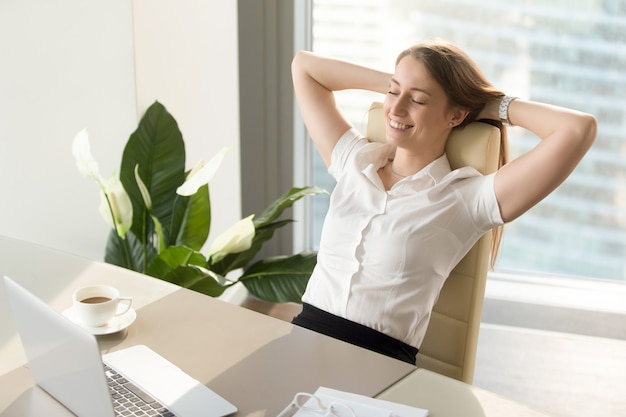 Geschäftsfrau, die positive gefühle über arbeit hat